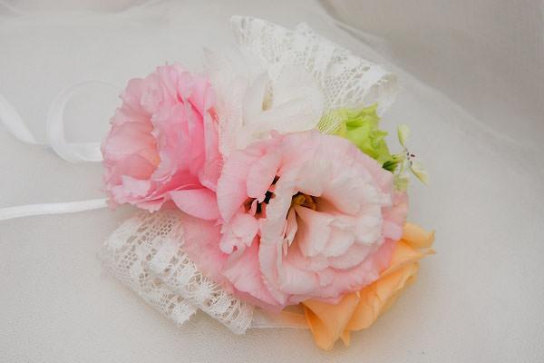 粉嫩白蕾絲新娘手腕花│燕如婚宴