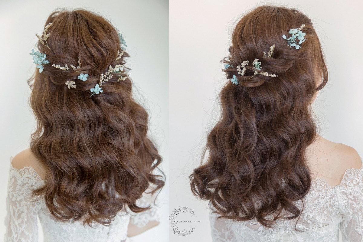 簡單的編髮加上花頭飾,勾勒出甜美清新的少女氣息