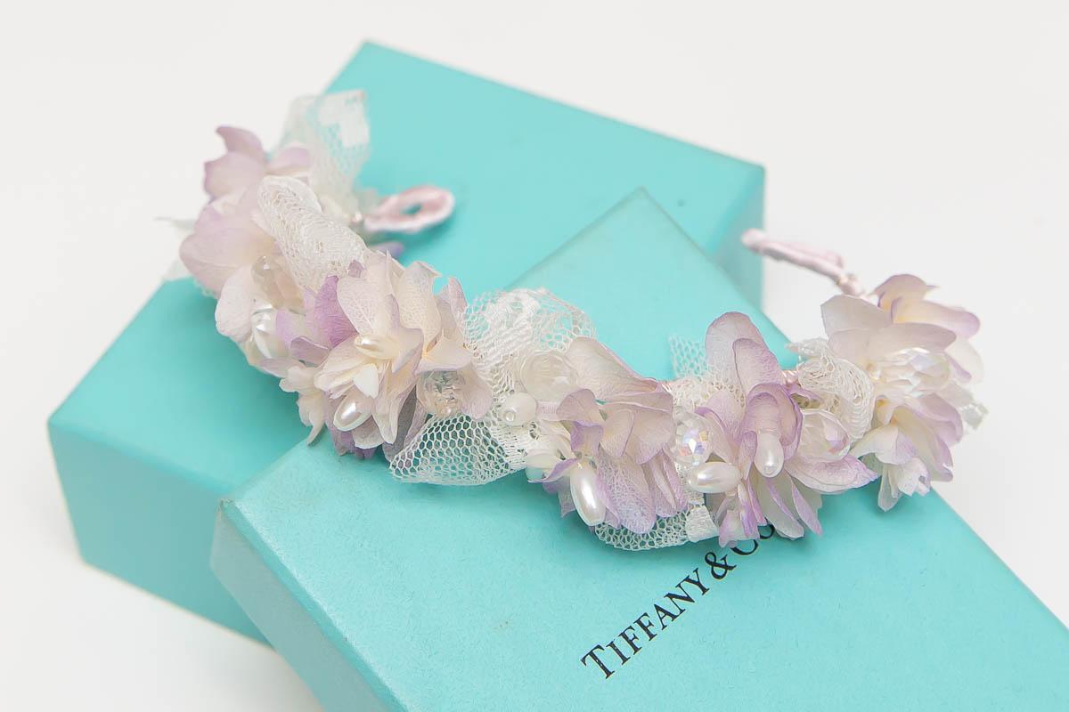 點綴珍珠及水晶在裡頭的白紫配色新娘手腕花