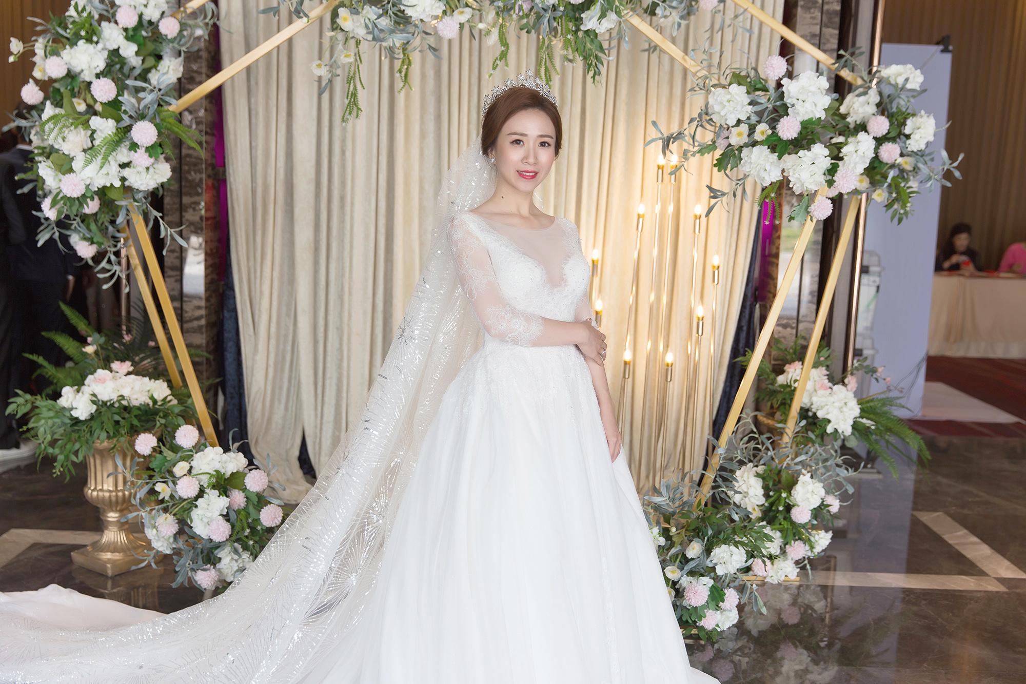 高雄新秘|華麗皇冠搭配長頭紗的白紗造型-Gina婚宴