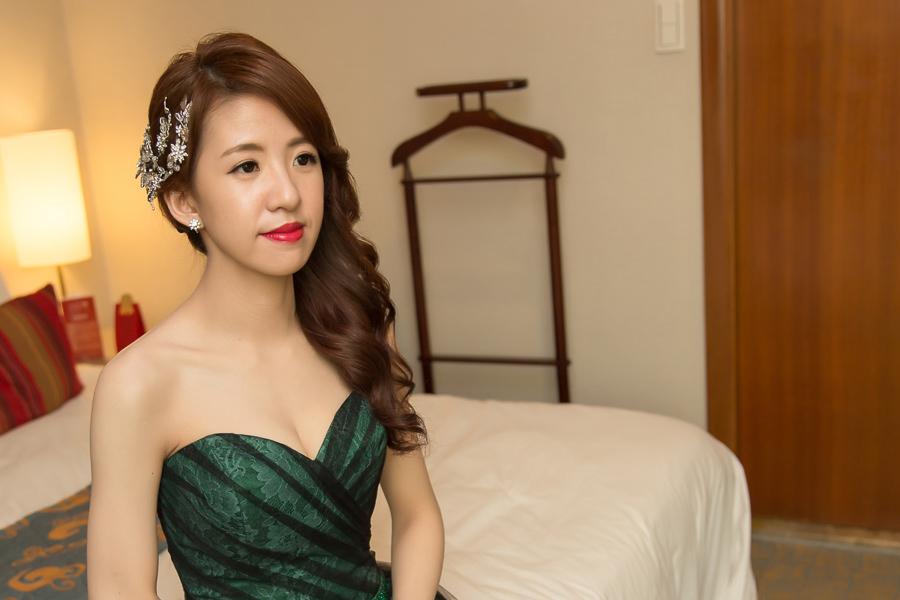 新秘Yuki│新秘推薦│綠色禮服│深色禮服│側邊髮│紅唇│新娘髮型