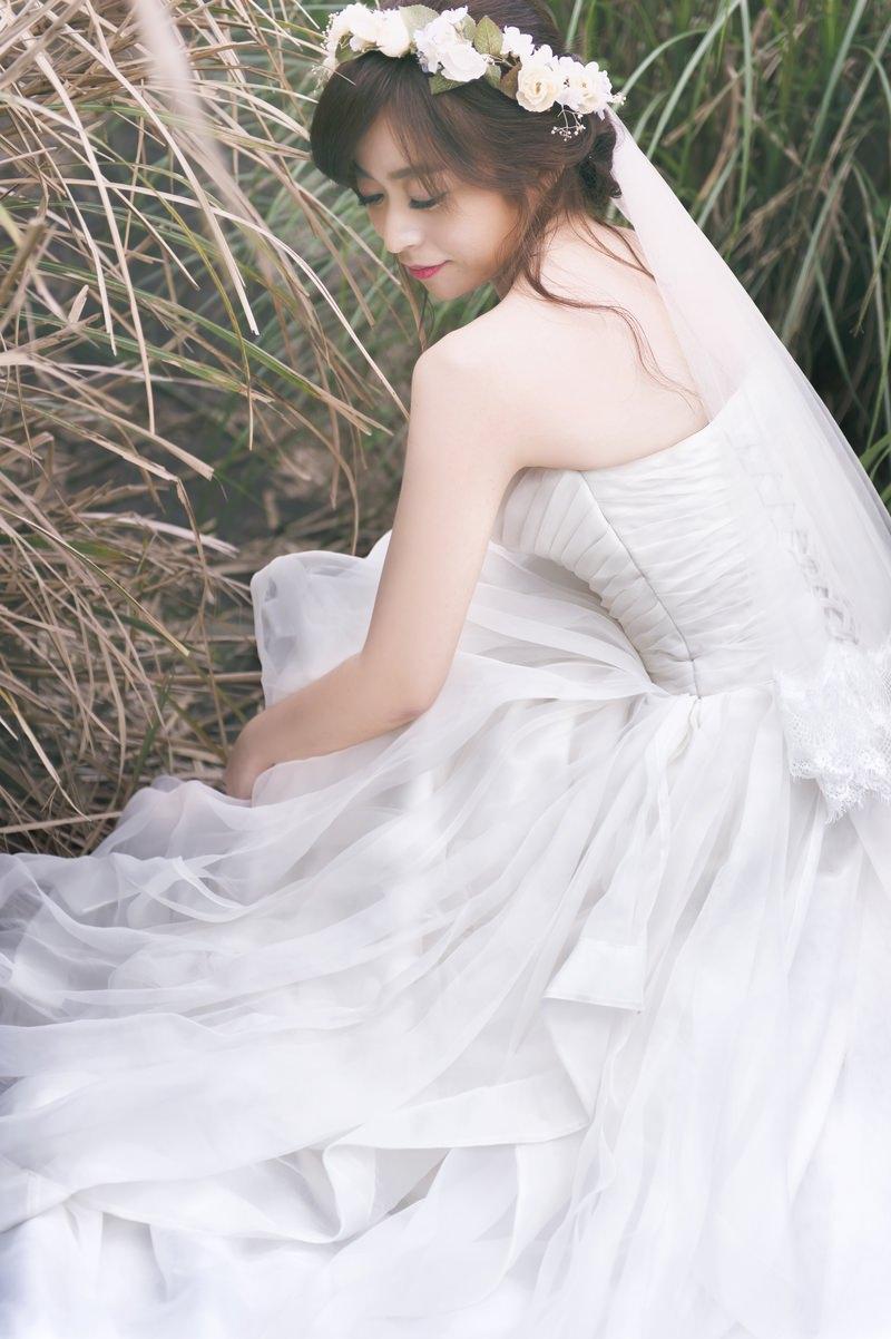 新秘Yuki│台北新秘│白紗造型│盤髮│新娘花環│婚紗照│陽明山│bun hairstyle with flower crown